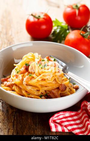 Sauce tomate avec des oeufs, fromage et jambon Banque D'Images