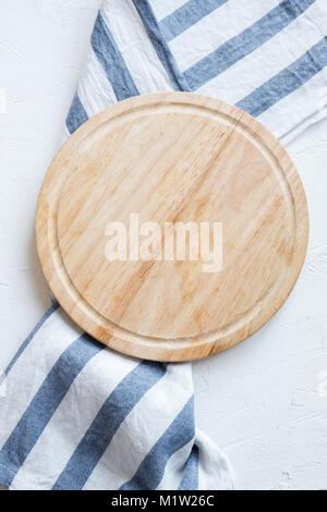 Plateau en bois vide avec nappes blanches sur table en pierre, vue du dessus, copiez l'espace. Planche à découper Banque D'Images