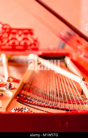 Cordes close-up. Red Vintage grand piano classique. Instrument de musique abstraite. Banque D'Images