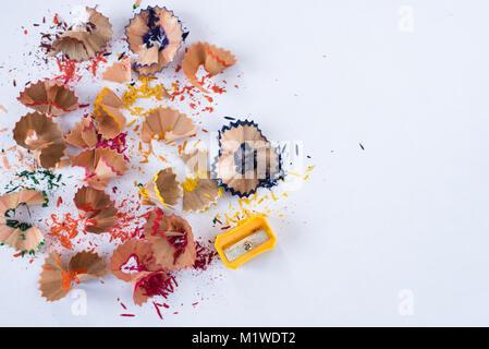 Rasage au crayon de couleur sur fond blanc. L'éducation scolaire concept Banque D'Images