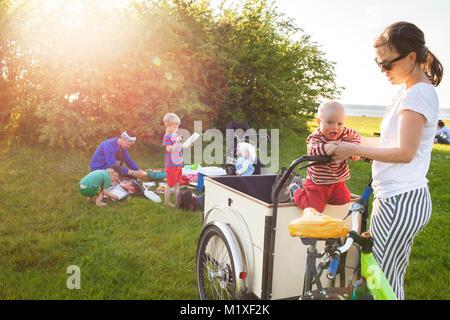 Mère jouant avec son on bicycle Banque D'Images