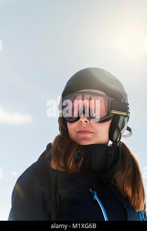 Jeune femme portant des lunettes de ski