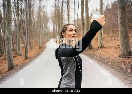 Jeune femme prenant on rural road selfies dans Sodermanland, Suède Banque D'Images