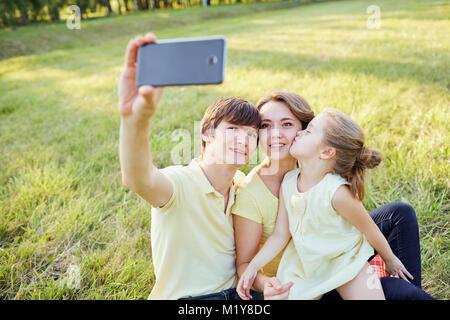 Happy smiling family photographié dans le parc Banque D'Images