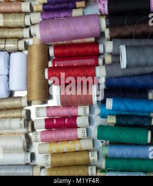 La couture - bobines de fils de laine de couleur dans une boîte métallique. Banque D'Images