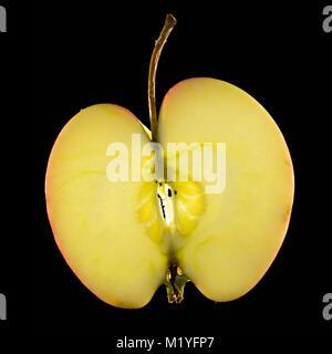 Une pomme fraîche et juteuse en tranches sur un fond noir. Le morceau parfait d'apple est bien mis en évidence sur Banque D'Images