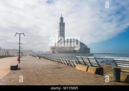 Avis de mosquée Hassan II du parc dans un jour nuageux - Casablanca - Maroc Banque D'Images