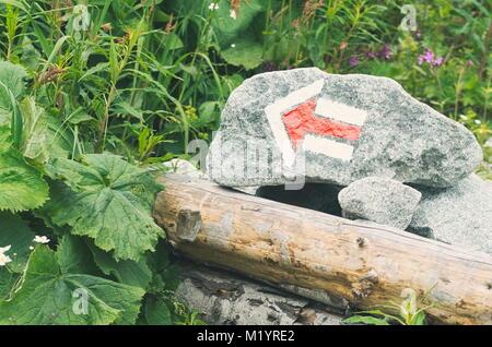Sentier de randonnée de la flèche rouge Mark peint sur Rock Banque D'Images