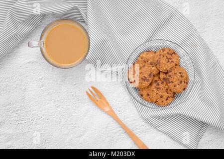 Still Life de cookies aux pépites de chocolat sur la plaque sur la table. Banque D'Images