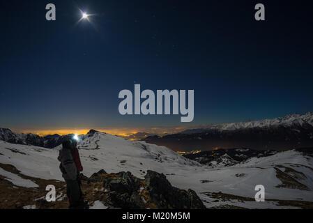 Lune et ciel étoilé, la neige sur les Alpes, l'objectif fisheye. Constellation d'Orion, Betelgeuse et Sirio. Une Banque D'Images