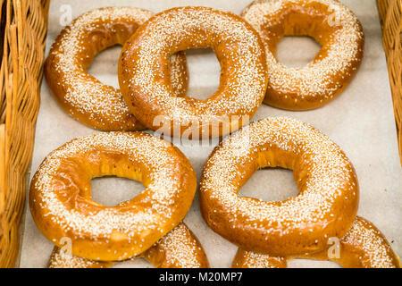 Des bagels frais aux graines de sésame Banque D'Images