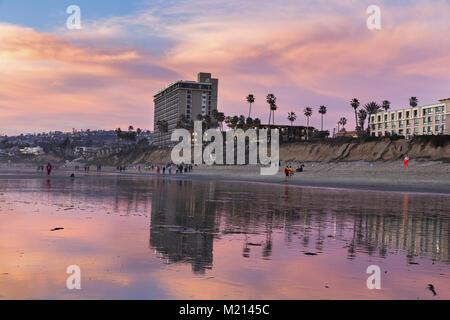 Hôtel de tourisme à San Diego en Californie et les gens qui marchent sur la plage du Pacifique au cours de l'hiver Banque D'Images