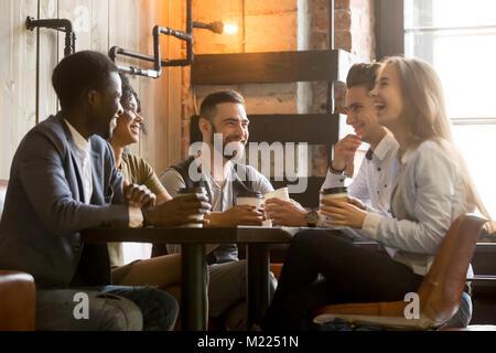 Jeunes amis multiraciale s'amusant rire boire du café dans Banque D'Images