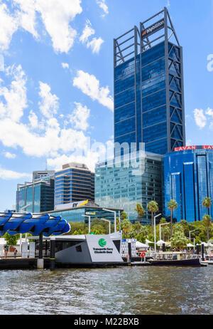Transperth Elizabeth Quay Jetty et gratte-ciel du CBD de Perth, Perth, Western Australia, Australia Banque D'Images