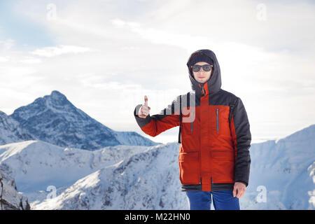 Randonneur dans les montagnes montrant tout est OK avant de conquérir de nouveaux sommets Banque D'Images