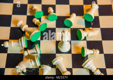 Chess: Le roi au milieu de morceaux tombés sur l'échiquier.