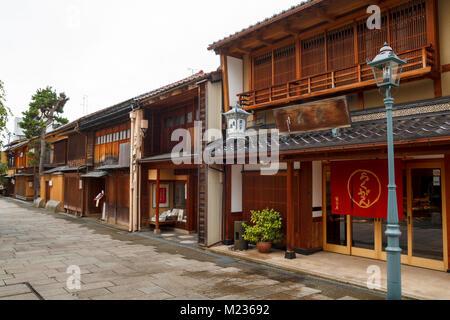Nishi Chaya rues du district, un district de style traditionnel japonais avec des maisons en bois dans la région de Kanazawa, Japon