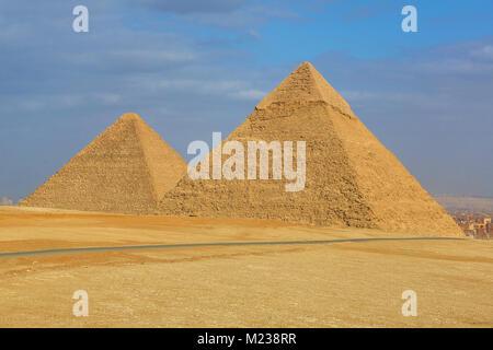 La grande pyramide de Khufu (CHEOPS) ou et de la pyramide de Khéphren Khafré (ou) sur le plateau de Gizeh, Le Caire, Banque D'Images