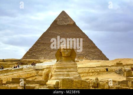 Le grand Sphinx statue et la pyramide de Gizeh sur Khafré Plateau, Le Caire, Égypte Banque D'Images