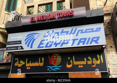 La compagnie aérienne Egyptair shop sign in El place Tahrir au Caire, Egypte Banque D'Images