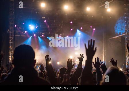 Les chrétiens l'éducation de leurs mains dans la louange et l'adoration à un concert de musique de nuit Banque D'Images