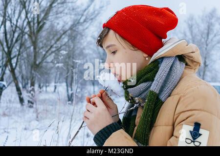 Des gros plans d'hiver fille léchant snow