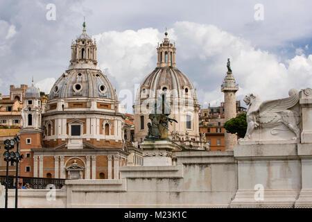 En dômes toits près de Monumento Nazionale de Rome, Italie Banque D'Images