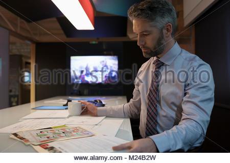 L'accent, designer dédié travaillant tard, l'examen des preuves in office Banque D'Images