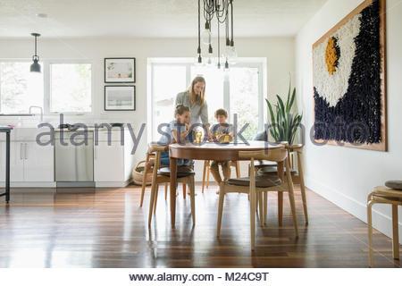 Manger à la table de cuisine familiale Banque D'Images