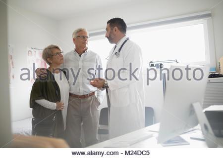 Doctor talking with senior patient médecin en couple Banque D'Images