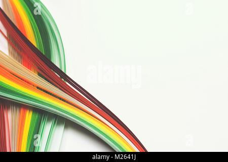 Bandes de papier colorés sur fond blanc; lignes abstraites background Banque D'Images
