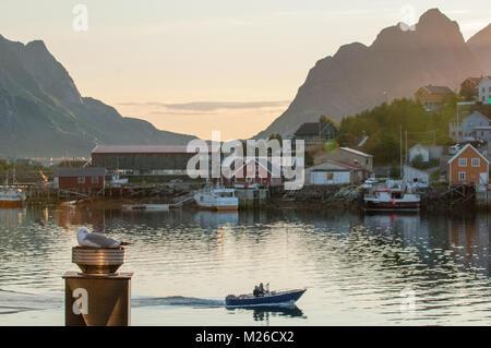 Nuit d'été nordique en Reine à îles Lofoten, dans le nord de la Norvège. Reine est un pittoresque village de pêcheurs Banque D'Images