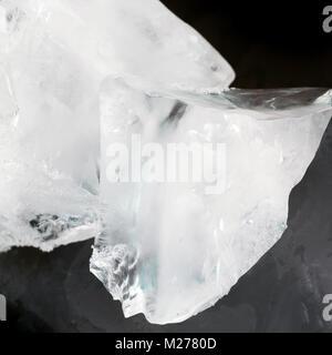 De grands morceaux de glace sur un fond noir Banque D'Images