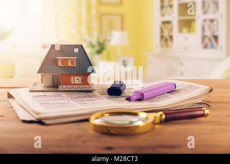 La recherche nouvelle maison dans le journal annonces immobilier Banque D'Images