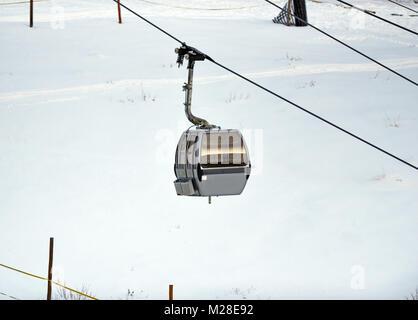 En gondole à ski avec le blanc de la neige en hiver Banque D'Images