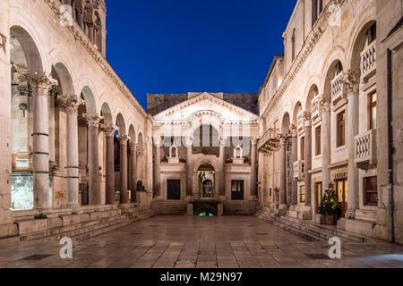 Le péristyle du palais de Dioclétien, Split, Dalmatie, Croatie Banque D'Images