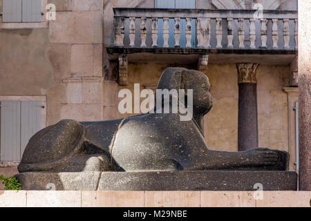 Le sphinx de granit noir qui garde l'entrée du temple de Jupiter dans le palais de Dioclétien, Split, Dalmatie, Banque D'Images