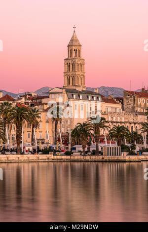 Waterfront avec cathédrale de saint Domnius en arrière-plan au coucher du soleil, Split, Dalmatie, Croatie