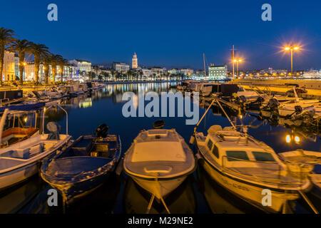 Bord de l'eau et le port avec cathédrale de saint Domnius en arrière-plan, Split, Dalmatie, Croatie Banque D'Images