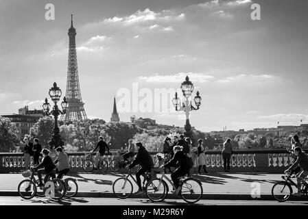 Les gens sur les bicyclettes et les piétons bénéficiant d'une journée sans voiture sur le pont Alexandre III à Paris, Banque D'Images