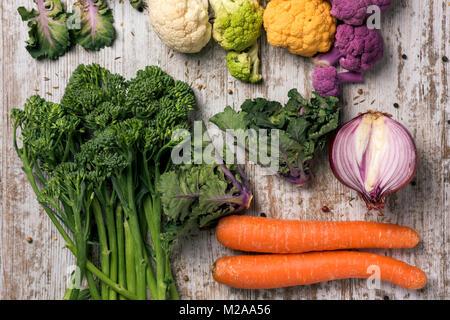High angle shot de certains légumes crus différents, tels que les choux-fleurs de différentes couleurs, broccolini, Banque D'Images