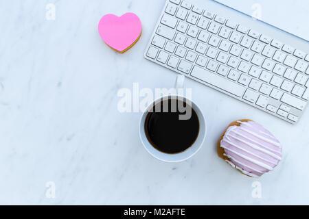 Clavier d'ordinateur et de l'amour café coeur avec copie espace sur l'arrière-plan de l'espace en blanc Banque D'Images