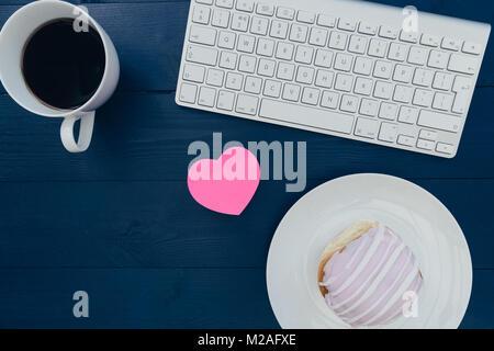 Clavier d'ordinateur et de l'amour café coeur sur l'espace de bureau bureau en bois Banque D'Images