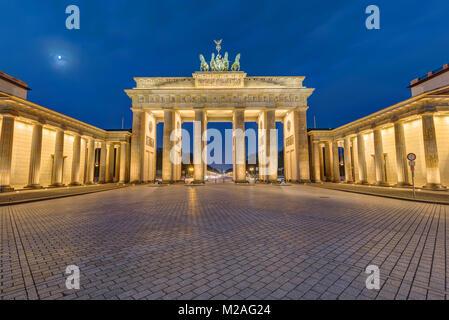La célèbre porte de Brandebourg à Berlin allumé à l'aube Banque D'Images