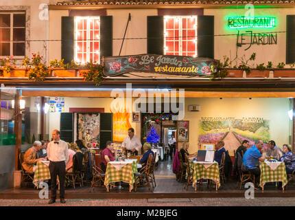 PORTUGAL Madère Madère personnes manger dehors dans le jardin restaurant dans la vieille ville de Funchal Madeira Banque D'Images