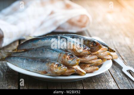 Sardines crues poisson sur la plaque. Banque D'Images