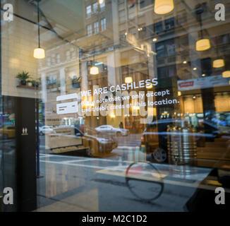 Un signe sur la porte d'un restaurant de New York potentiel informe diners que l'établissement n'accepte pas les espèces, seules les cartes de débit et de crédit, vu le Dimanche, Février 4, 2018. (© Richard B. Levine)