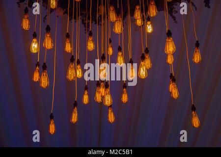 Cordes d'ampoules suspendues dans les manifestations Banque D'Images