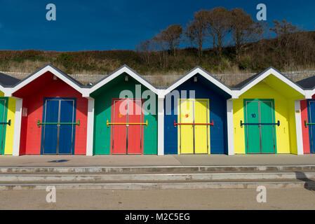 Cabines colorées donnant sur la baie de Whitmore, Barry Island, Wales, UK. Banque D'Images