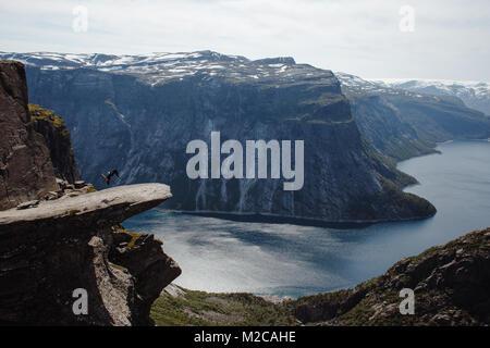 Sur l'homme backflipping Trolltunga en Norvège Banque D'Images